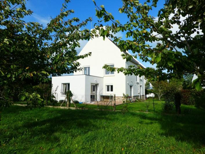 Location de vacances - Villa à Larmor-Baden - Maison vue de la pature voisine