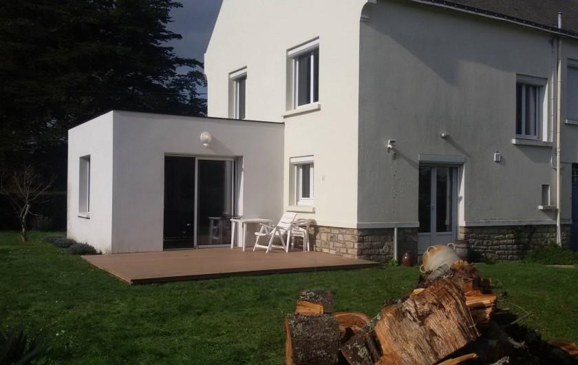 Location de vacances - Villa à Larmor-Baden - Arrière de la maison vue du jardin