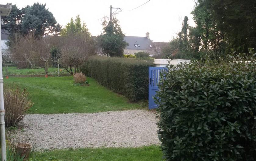 Location de vacances - Villa à Larmor-Baden - Allée et haie devant la maison