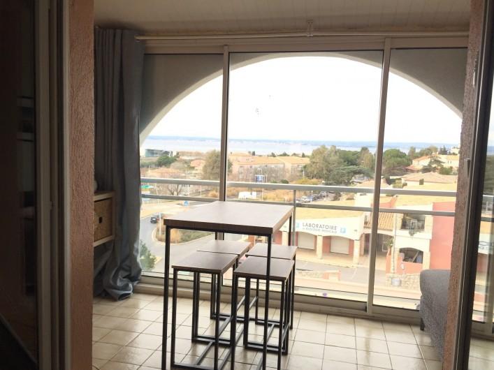 Location de vacances - Appartement à Sète - Table haute et ses 6 tabourets