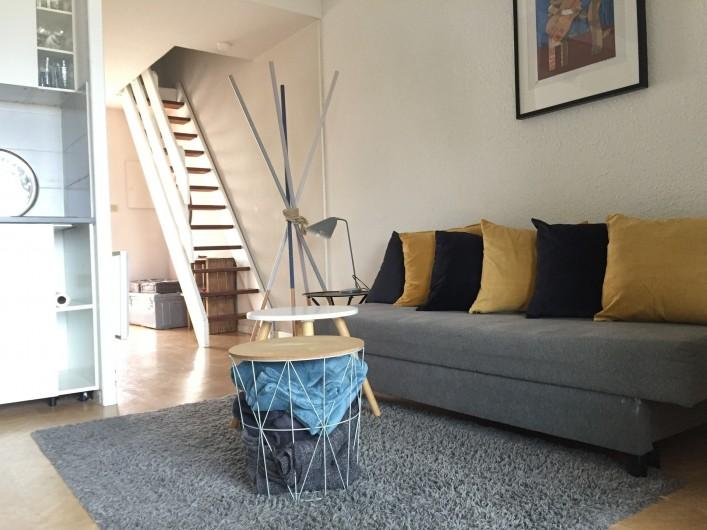 Location de vacances - Appartement à Sète - coin salon avec vue sur l'escalier qui monte vers la chambre et la sale de bain