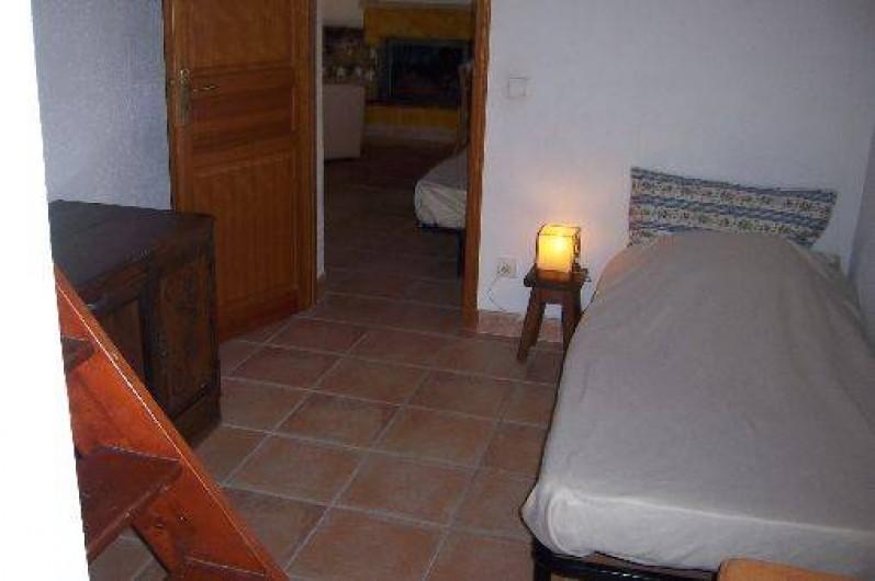 Location de vacances - Villa à La Cadière-d'Azur - chambrette avec un lit une place .penderie et un lit bébé . mezzanine (bagages)