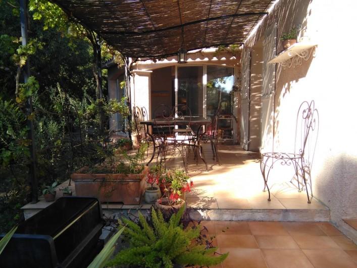 Location de vacances - Chambre d'hôtes à Saint-Raphaël - terrasse ou les petits déjeuners sont servis à la belle saison