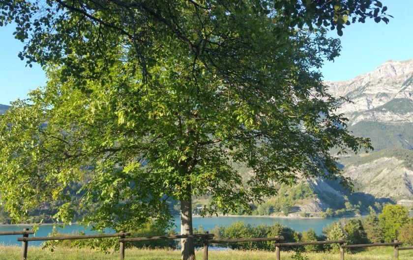 Location de vacances - Bungalow - Mobilhome à Saint-Vincent-les-Forts - Vue sur le lac