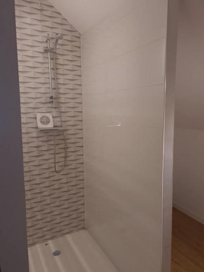 Location de vacances - Gîte à Bournezeau - salle de douche avec wc chambre berbere