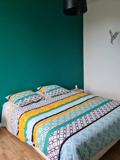 Location de vacances - Gîte à Bournezeau - Chambre colorée 1 lit double