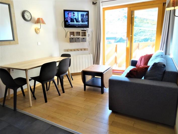 Location de vacances - Appartement à Val Thorens - Séjour avec balcon. Canapé convertible neuf