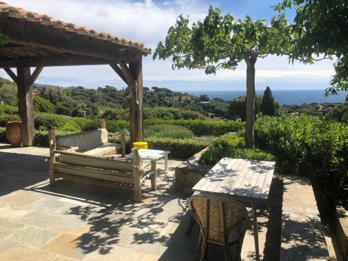 Location de vacances - Villa à Sainte-Maxime - terrasse salon extérieur