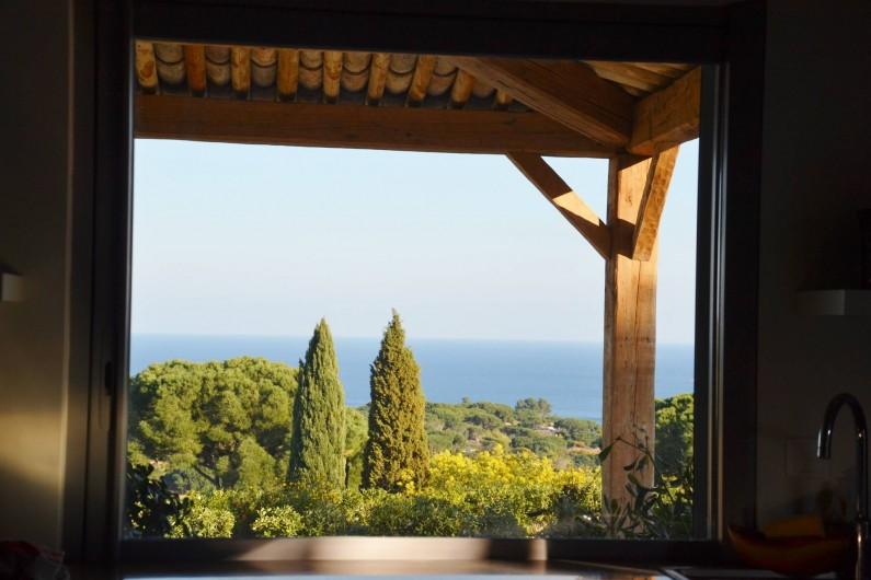 Location de vacances - Villa à Sainte-Maxime - vue cuisine