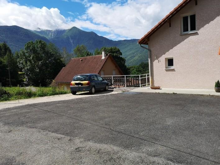 Location de vacances - Villa à Séchilienne - Grand parking privé devant la maison