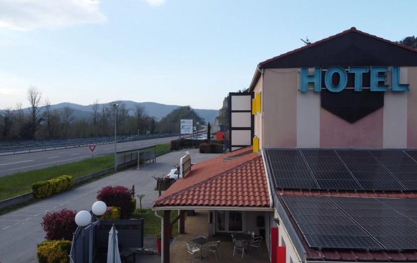 Location de vacances - Chambre d'hôtes à Foix - VUE DE L'HOTEL PARKING/PARKING MOTO (sous vidéosurveillance)