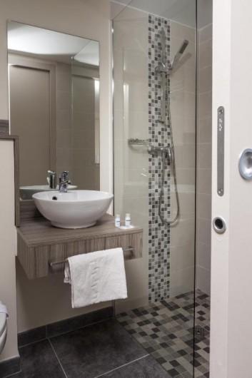 Location de vacances - Chambre d'hôtes à Foix - SALLE DE BAIN  DANS CHAQUE CHAMBRE ET TOILETTE