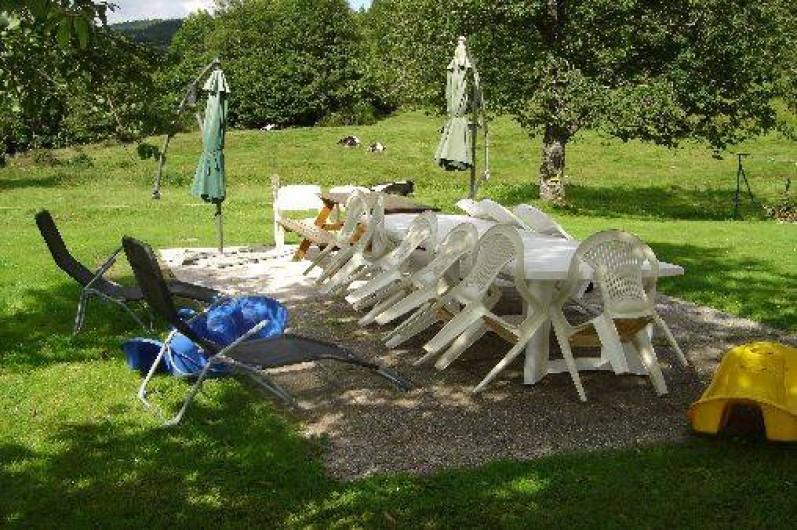 Location de vacances - Maison - Villa à Ban-sur-Meurthe-Clefcy - salon de jardin barbecue sous les arbres