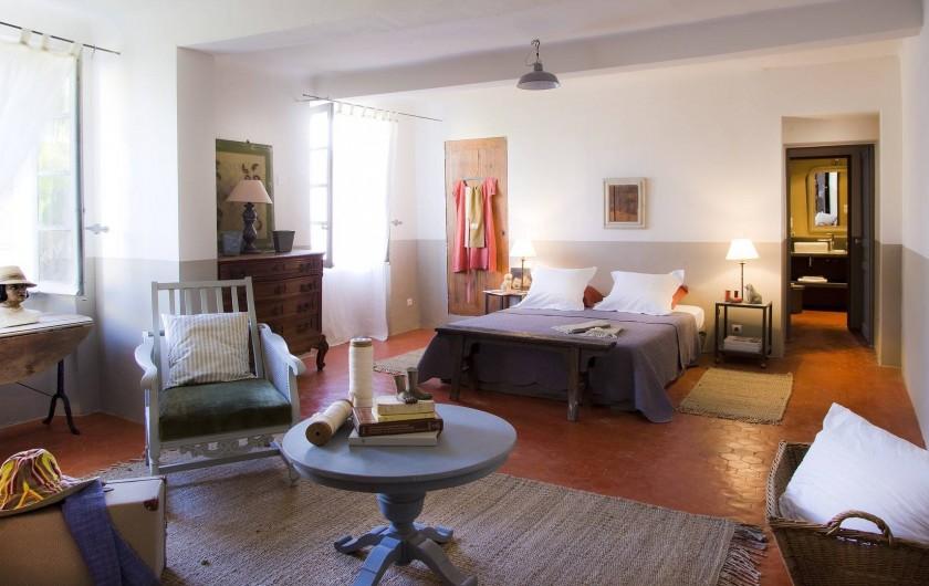 Location de vacances - Chambre d'hôtes à Riez - suite familiale chambre principale  1 lit double `160CM, coin salon  canapé