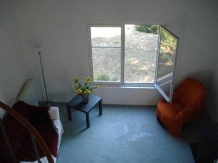 Location de vacances - Appartement à Jouques - Partie du séjour et sa fenêtre sud