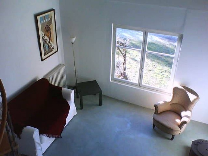 Location de vacances - Appartement à Jouques - Une autre partie du séjour et sa fenêtre sud, vue de la mezzanine