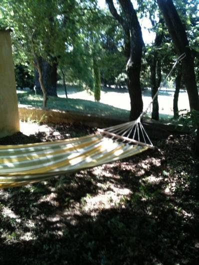 Location de vacances - Appartement à Jouques - Coin sieste et vue sur piscine au sud