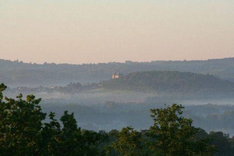 Location de vacances - Chambre d'hôtes à Saint-Raphaël - chateau de hautefort vue depuisla terrasse