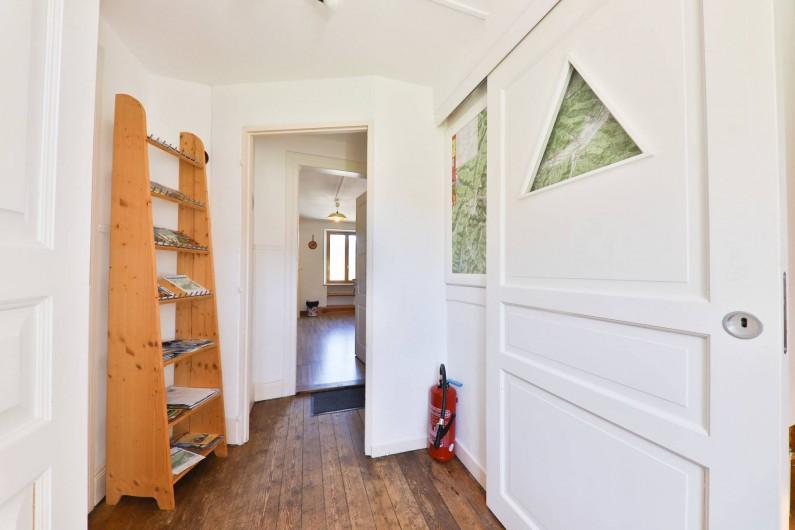 Location de vacances - Gîte à Sondernach - Le couloir avec carte et prospectus de la région