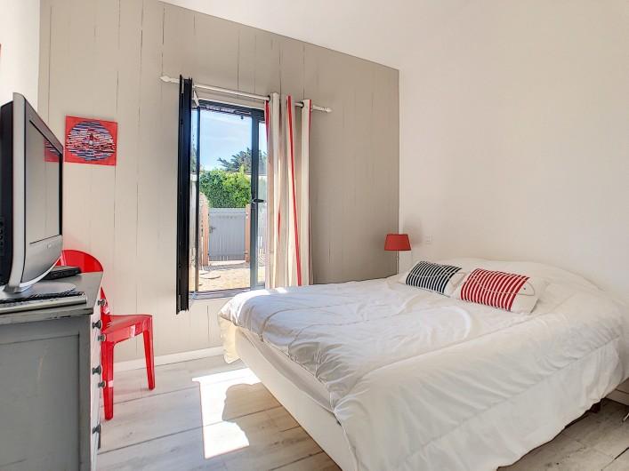 Location de vacances - Villa à Barbâtre - 1ère Chambre avec lit double de 140 et TV