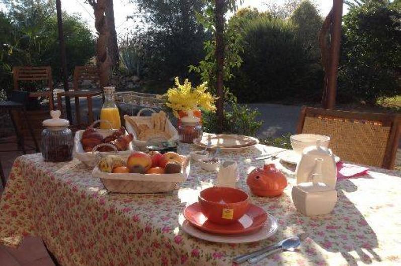 Location de vacances - Chambre d'hôtes à Camélas - Petit Déjeuner en terrasse