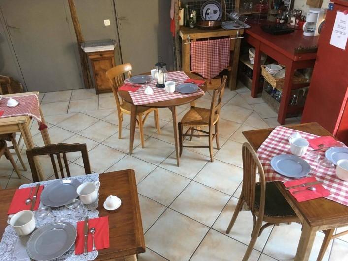 Location de vacances - Chambre d'hôtes à Tour-de-Faure - La salle du petit déjeuner