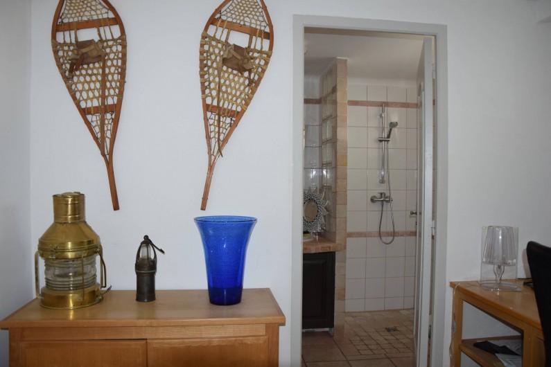 Location de vacances - Villa à Antibes - la salle de douche du rez de chaussée