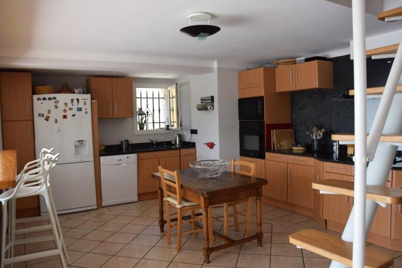 Location de vacances - Villa à Antibes - la cuisine ouverte vue piscine