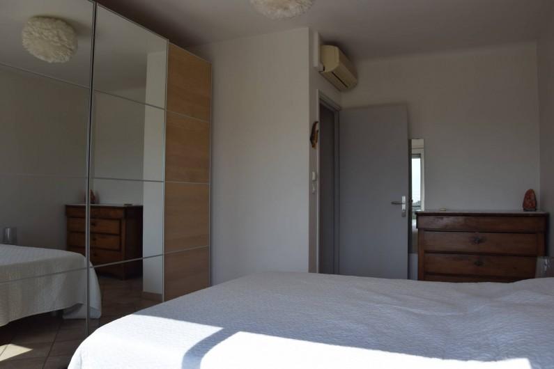 Location de vacances - Villa à Antibes - chambre 2 spacieuse et climatisée