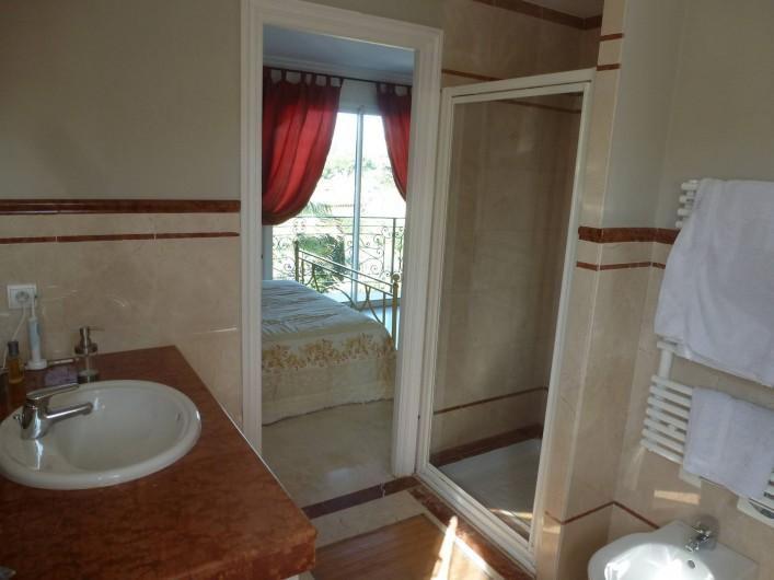 Location de vacances - Villa à Mougins - CHAMBRE DE MAITRE VUE DE LA SALLE DE BAINS