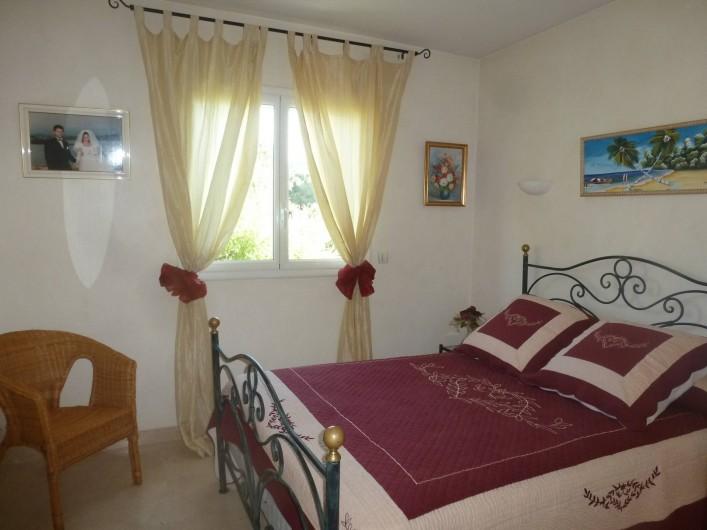 Location de vacances - Villa à Mougins - CHAMBRE REZ DE CHAUSSEE LIT EN 140