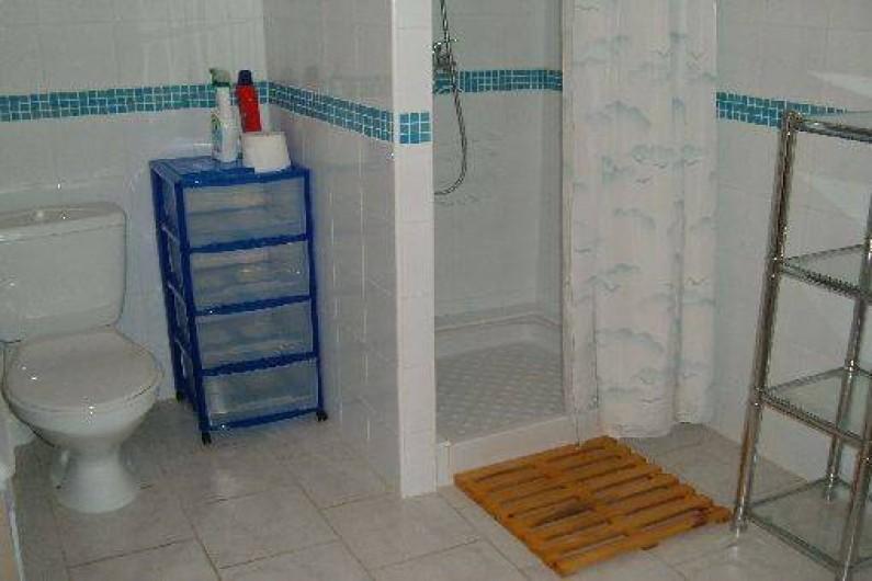 Location de vacances - Gîte à Saint-Romain-en-Viennois - Salle de bain avec coin WC identique pour Gites les Gites 1- 2- 3- 4