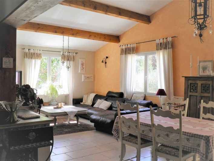 Location de vacances - Villa à Saint-Michel-d'Euzet - Espace salon et salle a manger (wifi internet écran plat)