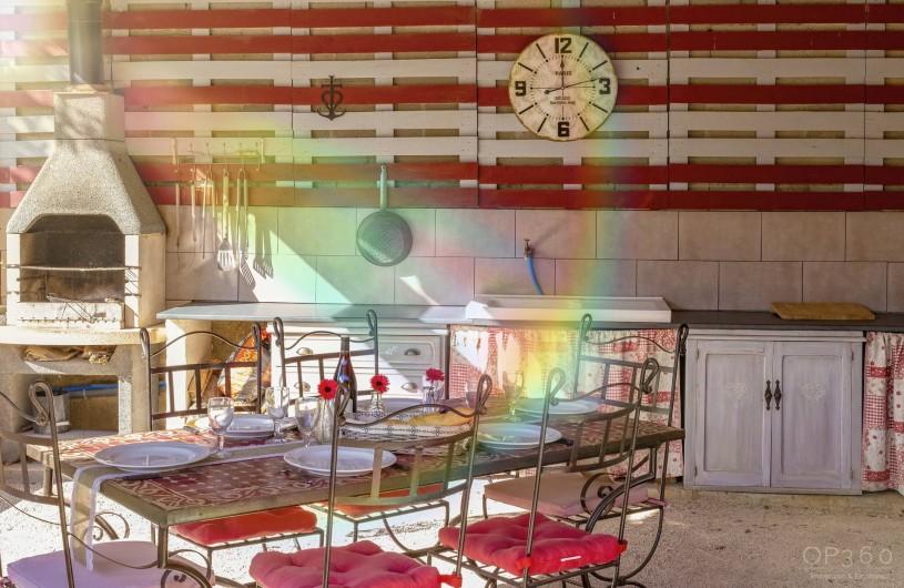 Location de vacances - Villa à Saint-Michel-d'Euzet - Espace cuisine d été avec bbq et frigo