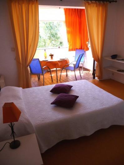 Location de vacances - Studio à Cavalaire-sur-Mer - Studio, séjour et loggia