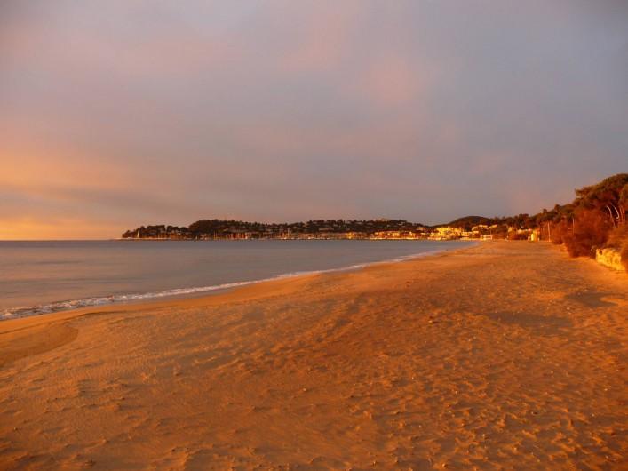 Location de vacances - Studio à Cavalaire-sur-Mer - La plage devant l'Hôtel au soleil levant