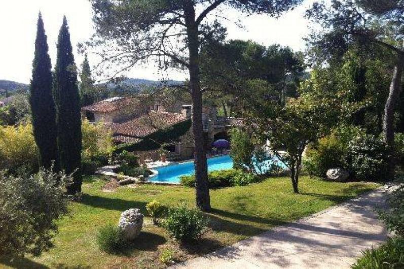 Location de vacances - Mas à Orgon - vue sur pelouse supérieur