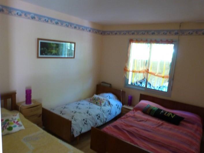 Location de vacances - Maison - Villa à Névez - chambre avec 1 lit de 140 cm et 2 lit de 90cm