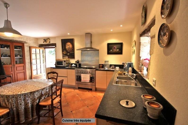 Location de vacances - Maison - Villa à Monfort - Une vaste cuisine donnant sur une terrasse idéale pour les repas en extérieur