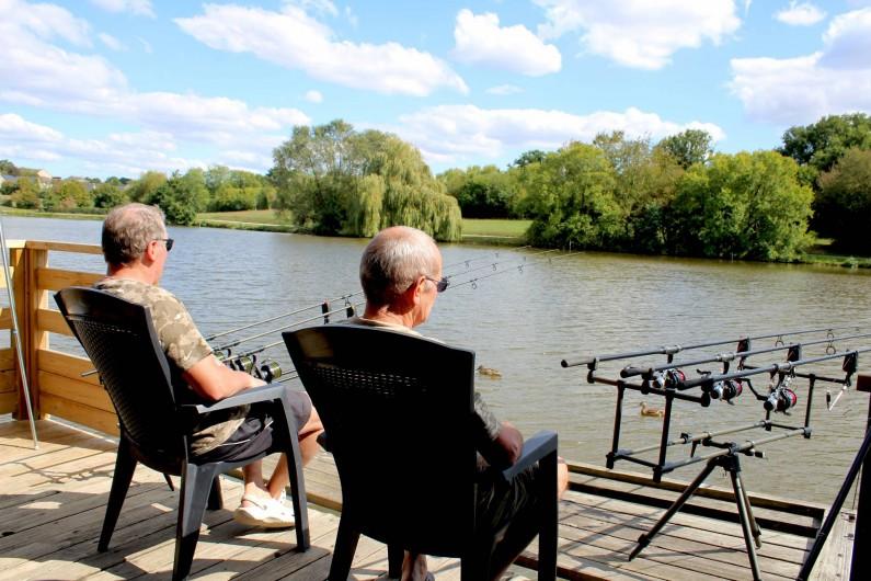 Location de vacances - Chalet à Villiers-Charlemagne - Terrasse chalet pieds dans l'eau