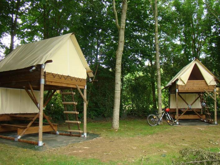 Location de vacances - Chalet à Villiers-Charlemagne - Les deux cabanes sur pilotis installées au camping