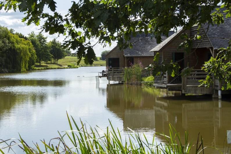 Location de vacances - Chalet à Villiers-Charlemagne - Vue sur chalet pied dans l'eau