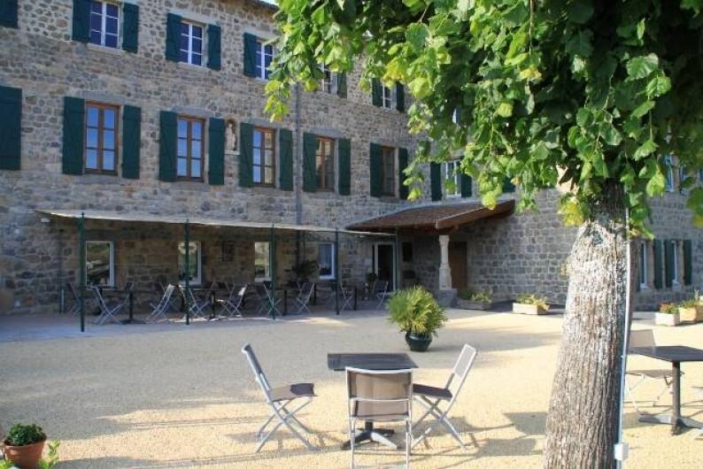 Location de vacances - Gîte à Rochepaule - cour restaurant