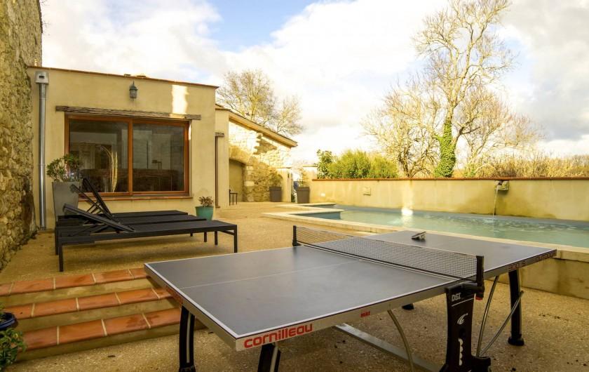 Location de vacances - Villa à Maubec - Table de ping-pong dans la cour de l'ancien château