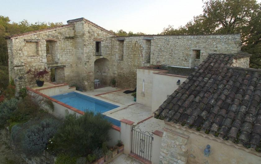 Location de vacances - Villa à Maubec - Vue d'ensemble, entrée de la cour de l'ancien château