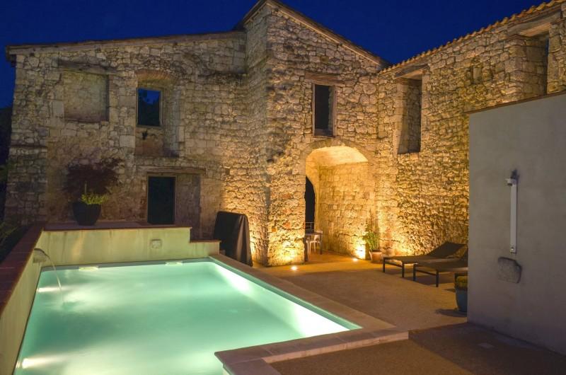 Location de vacances - Villa à Maubec - Piscine chauffée de mai à septembre et espace détente ouvert toute l'année