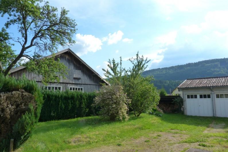 Location de vacances - Appartement à Granges-sur-Vologne - A gauche de la maison vu de face, garage