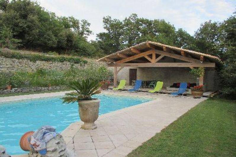 Location de vacances - Villa à Malaucène - une vue de la piscine et du coin repos/apéro