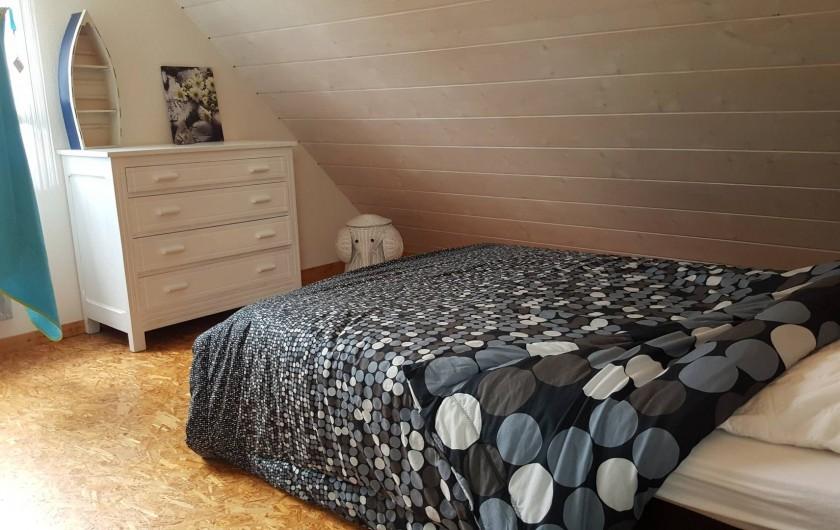 Location de vacances - Gîte à Hauteville-sur-Mer - Chambre de l'étage avec lit de 140