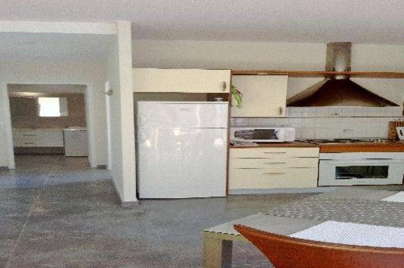 Location de vacances - Appartement à Nice - cuisine américaine.Au fond, salle de bains, à droite chambre, à gauche wc.